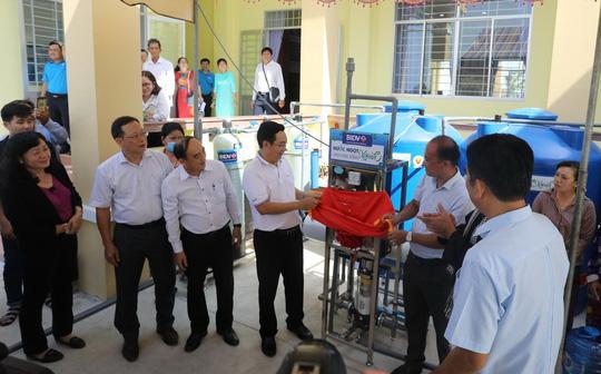 BIDV trao tặng 13.300 bồn chứa nước và 39 máy lọc nước ủng hộ người dân ĐBSCL - Ảnh 1.