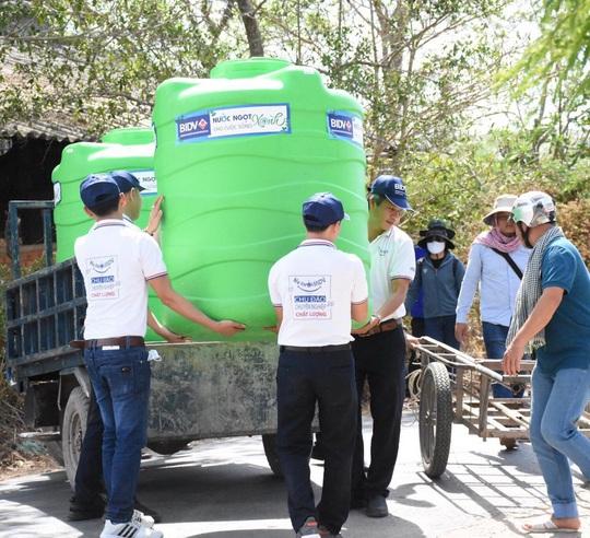 BIDV trao tặng 13.300 bồn chứa nước và 39 máy lọc nước ủng hộ người dân ĐBSCL - Ảnh 3.