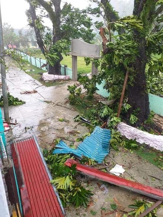 Bão mạnh tấn công Philippines, hàng chục ngàn người vừa chạy vừa lo Covid-19 - Ảnh 3.