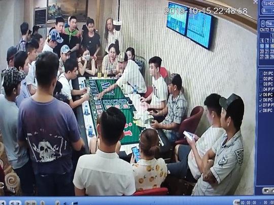 Lắp bàn tài xỉu cho con bạc đại gia, giám đốc câu lạc bộ ôm hận - Ảnh 1.