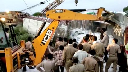 Ấn Độ: ít nhất 23 người nhập cư thiệt mạng trên đường về quê khi cả nước đang phong tỏa - Ảnh 1.