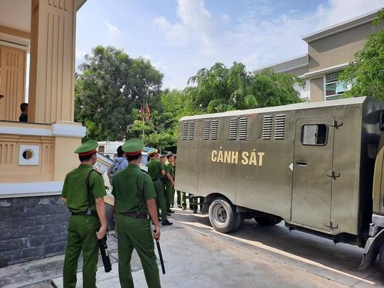 """Đang xét xử nhóm giang hồ """"Giang 36"""" vây xe chở công an ở Đồng Nai - Ảnh 1."""