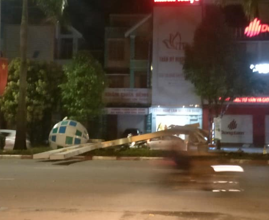 Hàng loạt cột đèn trang trí mới làm tại TP Vinh đổ gãy sau trận mưa - Ảnh 1.