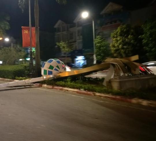 Hàng loạt cột đèn trang trí mới làm tại TP Vinh đổ gãy sau trận mưa - Ảnh 2.