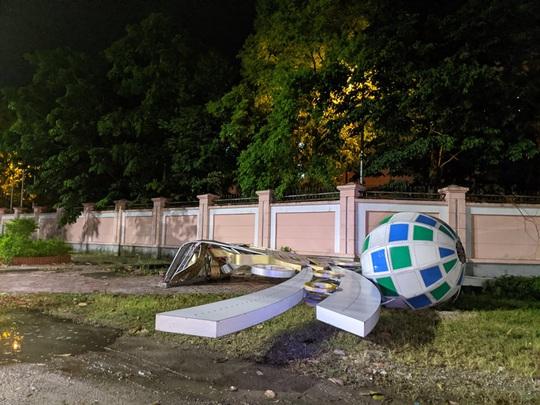 Hàng loạt cột đèn trang trí mới làm tại TP Vinh đổ gãy sau trận mưa - Ảnh 8.
