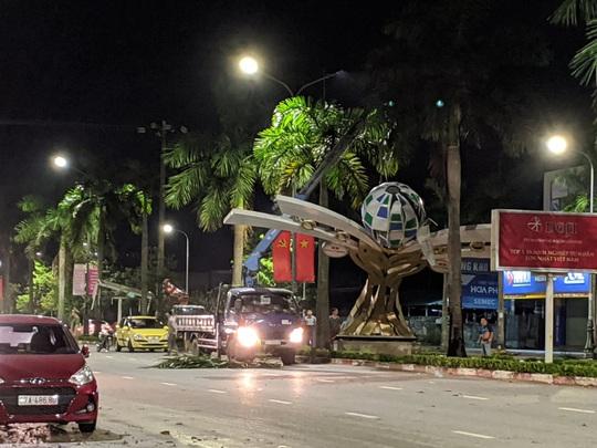 Hàng loạt cột đèn trang trí mới làm tại TP Vinh đổ gãy sau trận mưa - Ảnh 7.