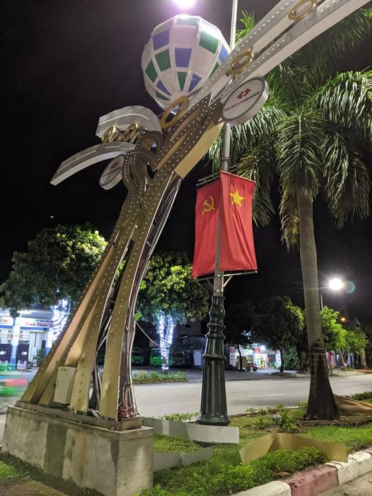 Hàng loạt cột đèn trang trí mới làm tại TP Vinh đổ gãy sau trận mưa - Ảnh 4.