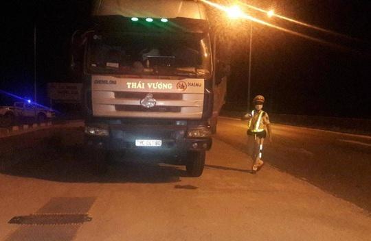 Quảng Nam: Tài xế xe quá tải thi gan với CSGT - Ảnh 1.