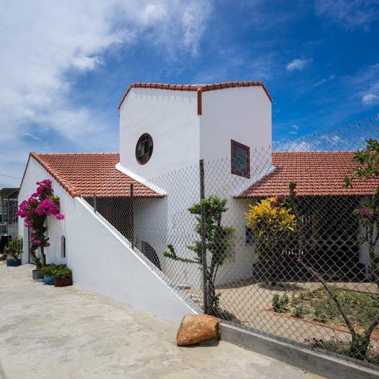 Ấn tượng trước ngôi nhà làm từ hai khối hình tam giác - Ảnh 2.
