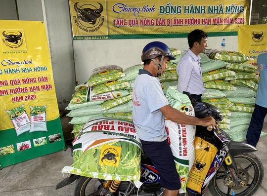 Bình Điền hỗ trợ phân bón cho nông dân vùng hạn mặn - Ảnh 3.