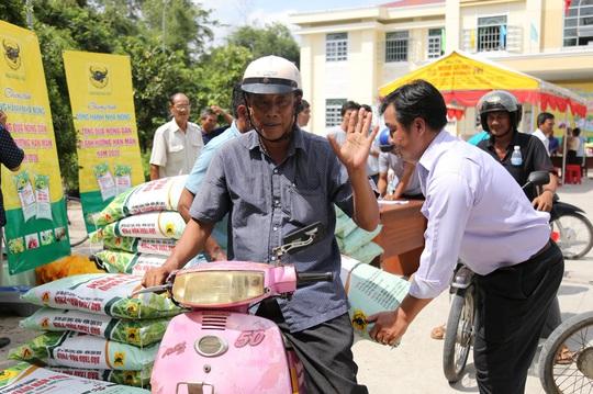 Bình Điền hỗ trợ phân bón cho nông dân vùng hạn mặn - Ảnh 2.