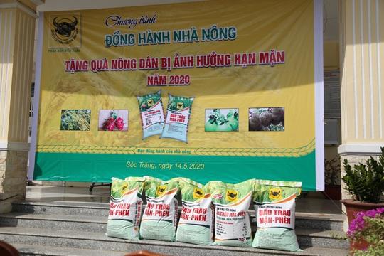 Bình Điền hỗ trợ phân bón cho nông dân vùng hạn mặn - Ảnh 1.
