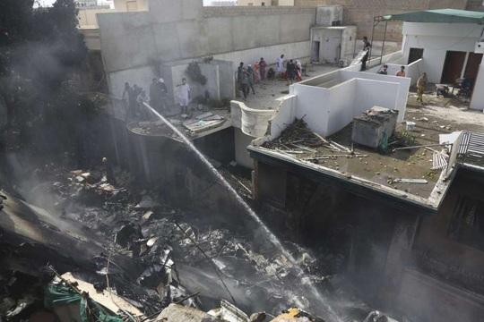 Thị trưởng Karachi: Toàn bộ người trên máy bay rơi ở Pakistan thiệt mạng - Ảnh 2.