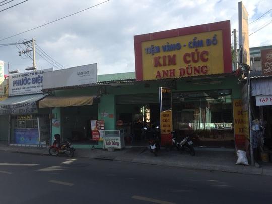 Công an TP HCM truy kẻ vét sạch tiệm vàng ở Hóc Môn - Ảnh 1.