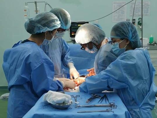 Ngoạn mục đưa bé sơ sinh bị 6 vòng dây rốn quấn cổ, mình ra đời - Ảnh 1.