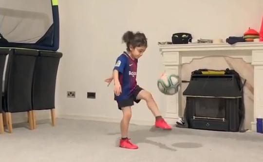 Thần đồng Arat Hosseini khoe bụng 6 múi, dẫn bóng như Messi - Ảnh 7.
