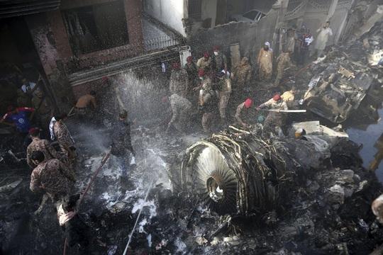 Máy bay Pakistan rơi: Nhiều nghi vấn trong đoạn ghi âm - Ảnh 1.
