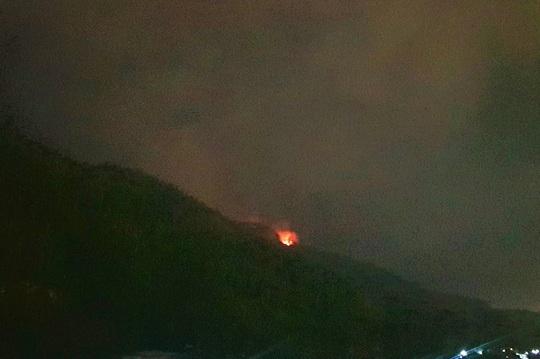 Đà Nẵng: Cháy đỉnh núi Sọ, lực lượng chức năng khó tiếp cận - Ảnh 1.