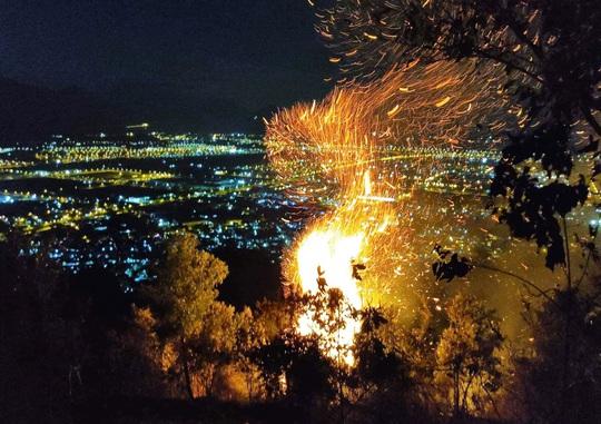 Đà Nẵng: Cháy đỉnh núi Sọ, lực lượng chức năng khó tiếp cận - Ảnh 2.