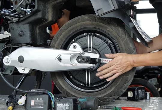 Mổ xẻ VinFast KlaraS: Vì sao giá ngang xe máy xăng? - Ảnh 4.