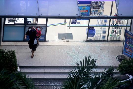 TP HCM: Hoảng loạn tháo chạy vì tảng kính trong khuôn viên chung cư sập - Ảnh 2.