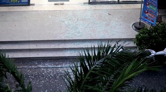 TP HCM: Hoảng loạn tháo chạy vì tảng kính trong khuôn viên chung cư sập - Ảnh 1.