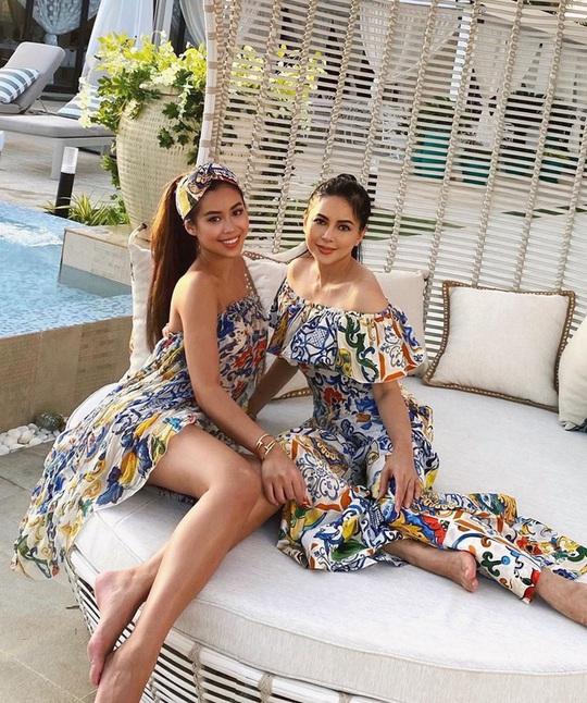 Tiên Nguyễn và mẹ khoe sắc vóc trong loạt váy áo hàng hiệu đắt đỏ - Ảnh 1.