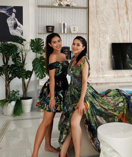 Tiên Nguyễn và mẹ khoe sắc vóc trong loạt váy áo hàng hiệu đắt đỏ - Ảnh 3.