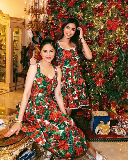 Tiên Nguyễn và mẹ khoe sắc vóc trong loạt váy áo hàng hiệu đắt đỏ - Ảnh 6.