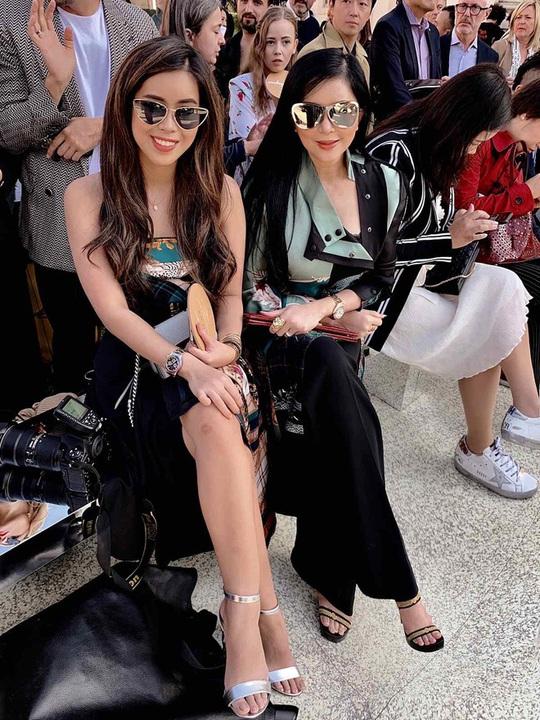 Tiên Nguyễn và mẹ khoe sắc vóc trong loạt váy áo hàng hiệu đắt đỏ - Ảnh 9.
