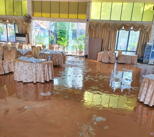 Bình Thuận: Bùn đỏ tràn ngập đường, nhà dân - Ảnh 2.