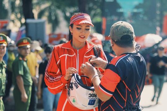 Hoa hậu Hhen Niê náo động chặng đua Cúp Truyền hình - Ảnh 8.