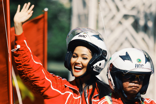 Hoa hậu Hhen Niê náo động chặng đua Cúp Truyền hình - Ảnh 1.