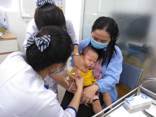TP HCM: Có nơi tiêm chủng cho trẻ các huyện vùng sông nước - Ảnh 1.