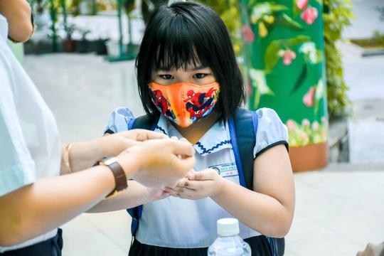 Học sinh Đà Nẵng trở lại trường học sau kỳ nghỉ dài do dịch Covid-19 - Ảnh 1.