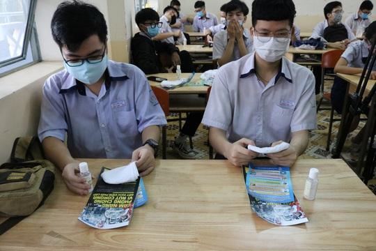 150.000 học sinh lớp 9, 12 của TP HCM náo nức trở lại trường - Ảnh 16.