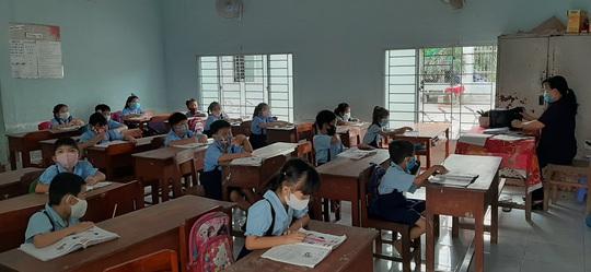 Học sinh khắp nơi háo hức trở lại trường - Ảnh 3.