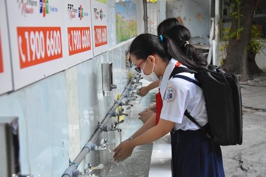 150.000 học sinh lớp 9, 12 của TP HCM náo nức trở lại trường - Ảnh 7.