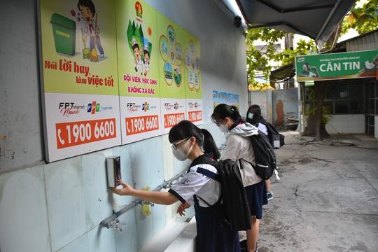 150.000 học sinh lớp 9, 12 của TP HCM náo nức trở lại trường - Ảnh 6.