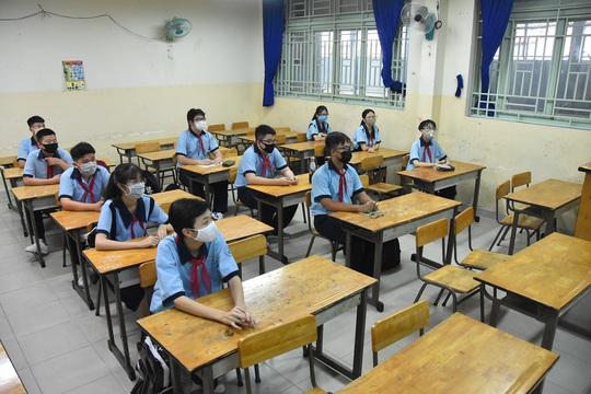 150.000 học sinh lớp 9, 12 của TP HCM náo nức trở lại trường - Ảnh 12.