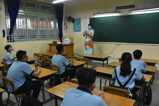 150.000 học sinh lớp 9, 12 của TP HCM náo nức trở lại trường - Ảnh 11.