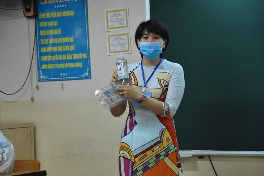 150.000 học sinh lớp 9, 12 của TP HCM náo nức trở lại trường - Ảnh 4.