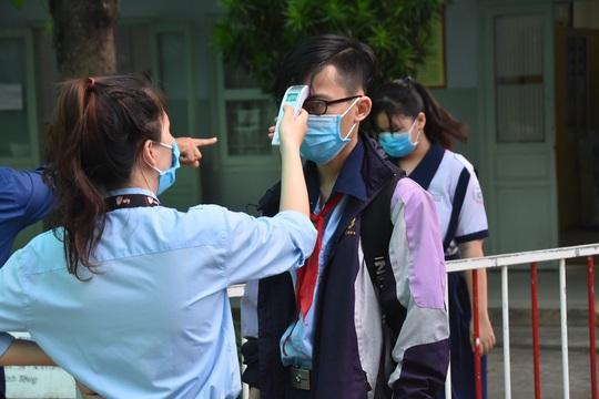 150.000 học sinh lớp 9, 12 của TP HCM náo nức trở lại trường - Ảnh 3.