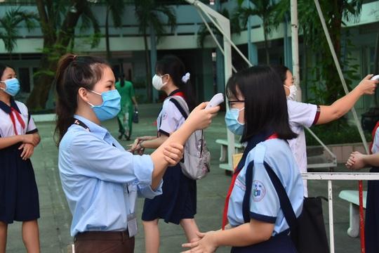 150.000 học sinh lớp 9, 12 của TP HCM náo nức trở lại trường - Ảnh 1.