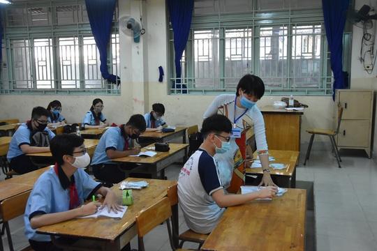 150.000 học sinh lớp 9, 12 của TP HCM náo nức trở lại trường - Ảnh 10.