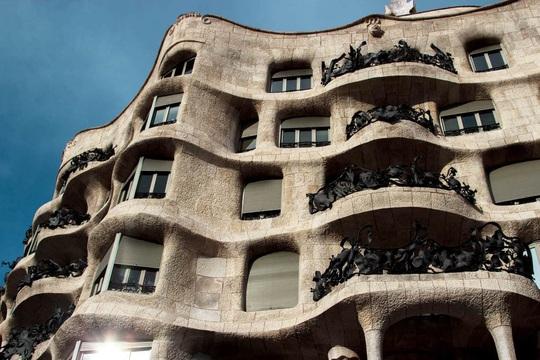 5 tòa nhà khiến người mắc chứng sợ lỗ rùng mình - Ảnh 1.