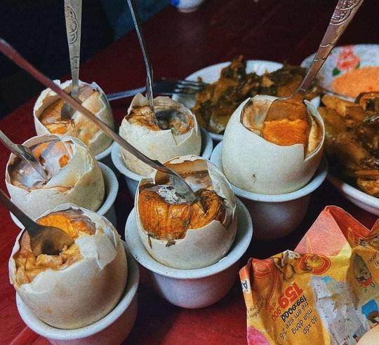 Về Ninh Bình thưởng thức trứng vịt lộn nướng cực kỳ ngon, bổ rẻ - Ảnh 1.
