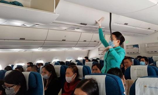 Đề xuất bỏ toàn bộ quy định về giãn cách chỗ ngồi trên máy bay, ôtô - Ảnh 2.