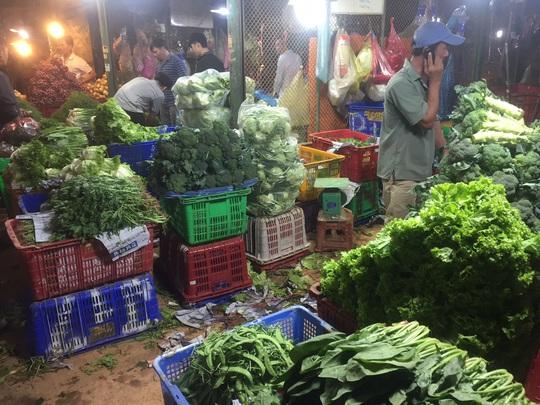 Bà nội trợ méo mặt vì nhiều loại rau củ quả tăng giá gần gấp đôi - Ảnh 1.