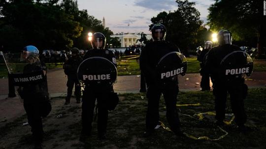 Tổng thống Trump phải xuống hầm vì người biểu tình vây kín Nhà Trắng - Ảnh 1.
